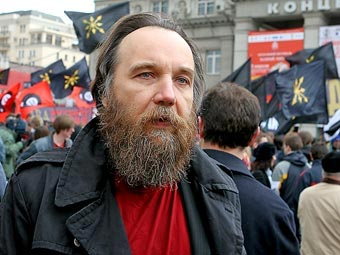 The famous ultraconservative fascist Alexander Dugin with in the background the flags of his Eurasian Youth Union.